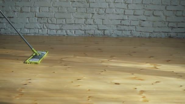 Huis schoonmaken wassen van houten vloer u stockvideo