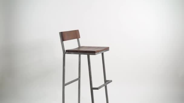 Acciaio con sedia in legno su priorità bassa bianca sgabello bar