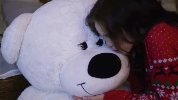 Decorazioni Sala Capodanno : Ragazza felice con l orsacchiotto vicino sala decorata per