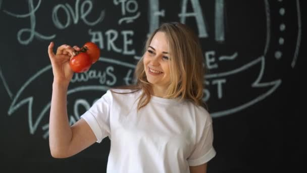 Docela veselá mladá žena pózuje s trhaným zelené listy. Zdravé stravovací koncept. Diety