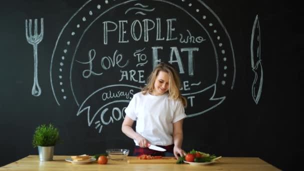 Mladá žena vaření v kuchyni. Zdravé potraviny - zeleninový salát. Dietu. Dietu koncept. Zdravého životního stylu. Vaření doma. Příprava potravin