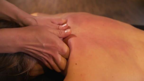 masáž krku pro ženu ve spa salonu