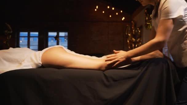 Mladá žena s nohama masáže ve spa salonu krásy, zblízka. Masér hněte chodidla a nohy mladé krásné dívky.