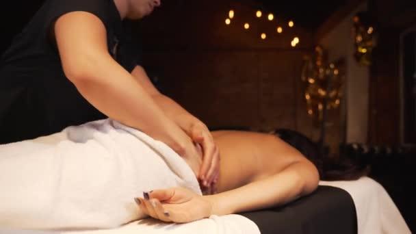 Dívka dostane profesionální masáž v salonu krásy. Masáž zad a šíje