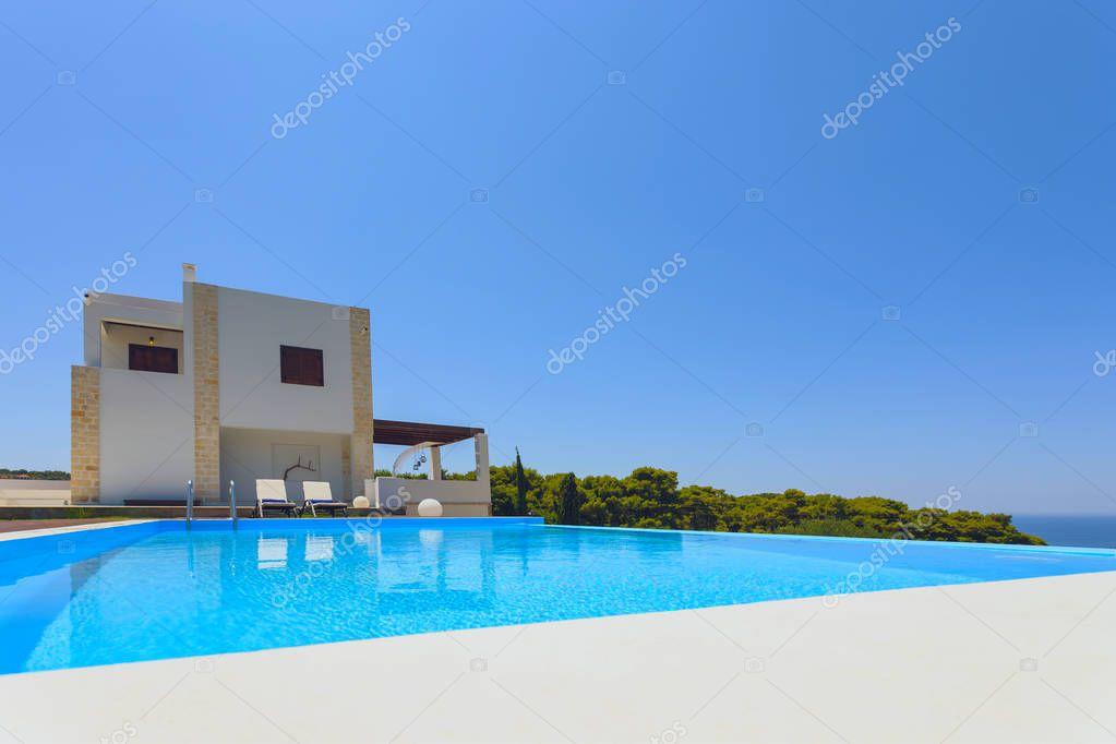 Großer Pool Und Moderne Luxus Villa Mit Blauen Himmel Und Bäume U2014 Foto Von  Smoxx