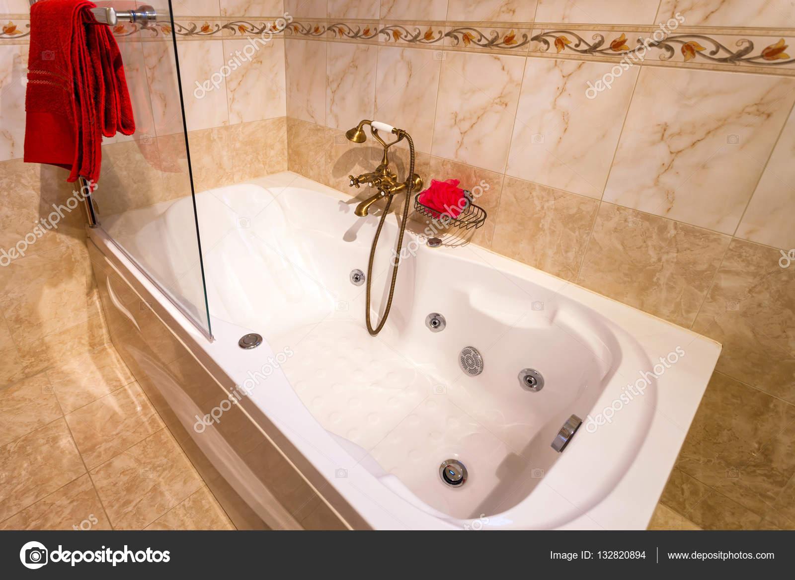 Luxe Badkamer Interieur : Interieur van een luxe badkamer u2014 stockfoto © smoxx #132820894