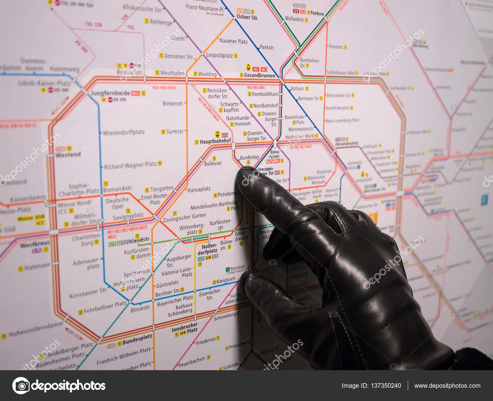 Karta Tyskland Tag.Flickans Hand I En Tag Karta Over Berlin Redaktionell Stockfoto