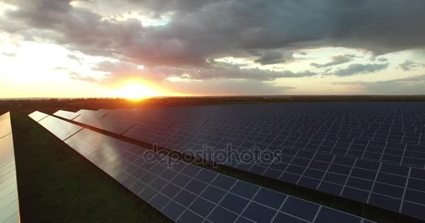 Solární panely v oblasti na západ slunce, detail
