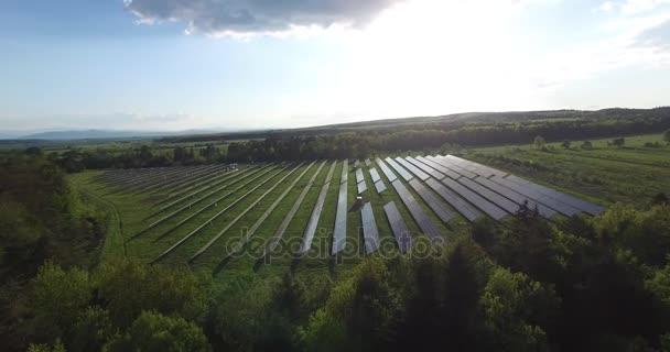 Solární panely v poli při západu slunce, panorama, antény