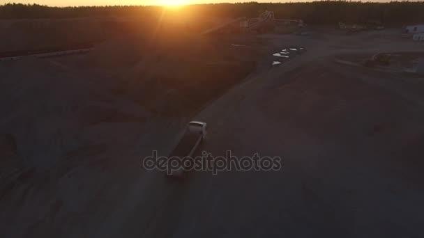 A kőbányában, a naplemente, légi teherautó