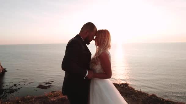 romantický pár sledující západ slunce, pobyt na vrcholu slavného pobřeží Normandie. Svatba. Letecký průzkum
