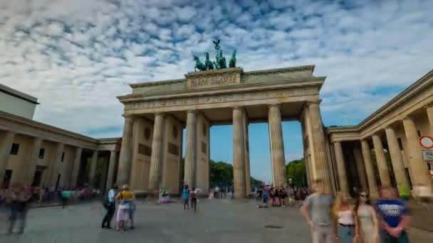 Berlin, Deutschland - Mai 2019: Zeitraffer-Ansicht des berühmten historischen Bauwerks Brandenburger Tor bei Tag