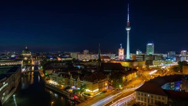 Berlin, Deutschland - Mai 2019: Zeitraffer-Ansicht der Berliner Innenstadt von oben, berühmte historische Gebäude bei Nacht