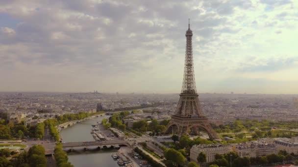 Paříž, Francie - květen, 2019: Letecký pohled na historické centrum města a Eiffelovu věž