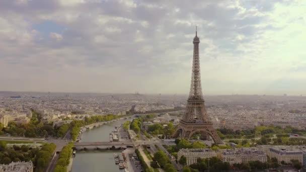 Párizs, Franciaország - 2019. május: Légi drón kilátás a történelmi városközpontra és az Eiffel-toronyra