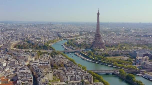 Paříž, Francie - květen, 2019: Letecký pohled na historické centrum města s Eiffelovou věží a řekou Seinou.
