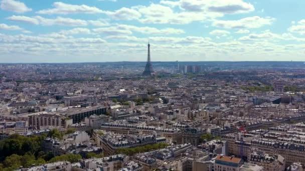 Panorama von Paris im Zeitraffer. Sonniger Tag mit blauem Himmel.