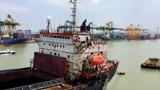 HOCHIMINH, VIETNAM - APRIL, 2020: Luftaufnahme der Kabine eines Frachtschiffs im Hafen von Hochiminh.