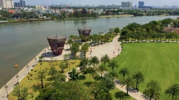 HOCHIMINH, VIETNAM - Duben, 2020: Letecký panoramatický výhled na promenádu řeky Saigonu a městskou krajinu Hochiminh.