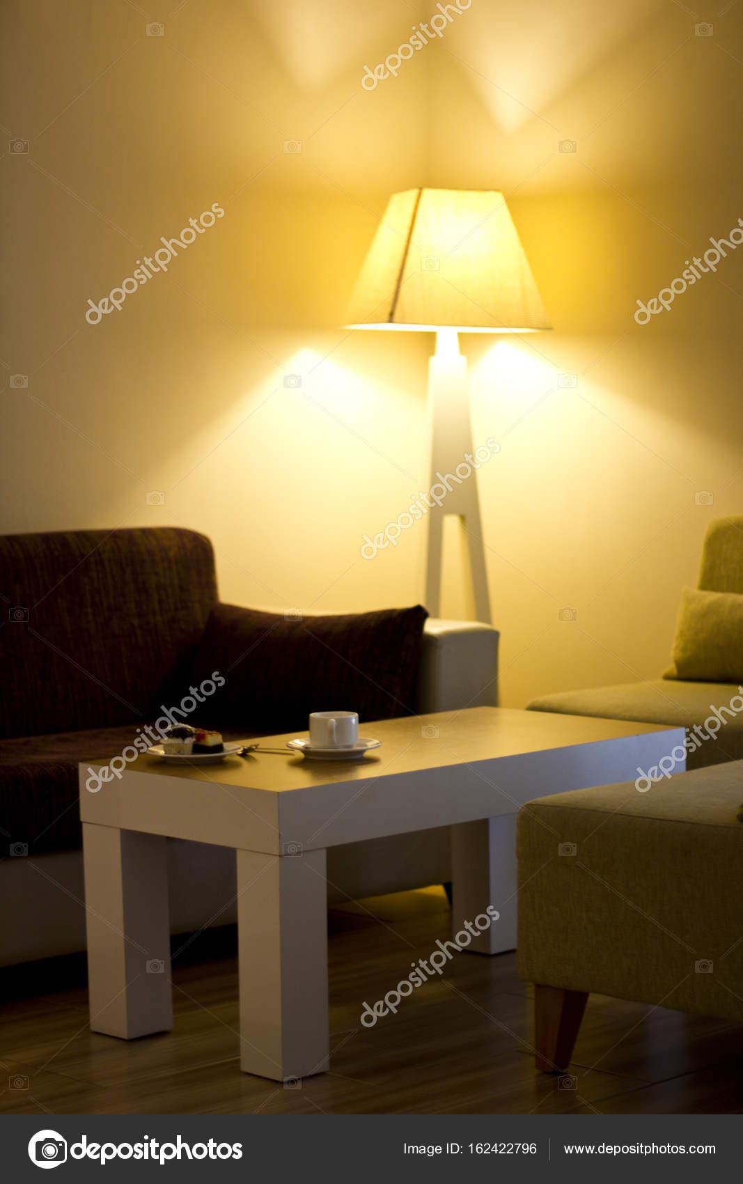 Wohnzimmer mit dem Kuchen auf den Tisch und große gelbe Lampe in der ...