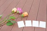 Prázdné dopisní papír s růžovou květinou na dřevěné