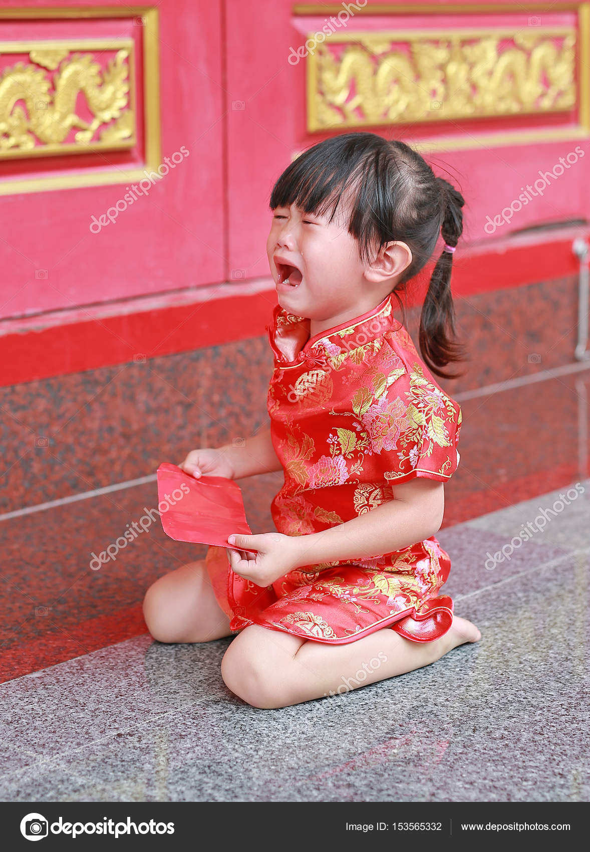 Niedliche Kleine Madchen Halten Rote Packchen Geldgeschenk Und