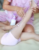 Matka, používání krému na její dcera nohou doma