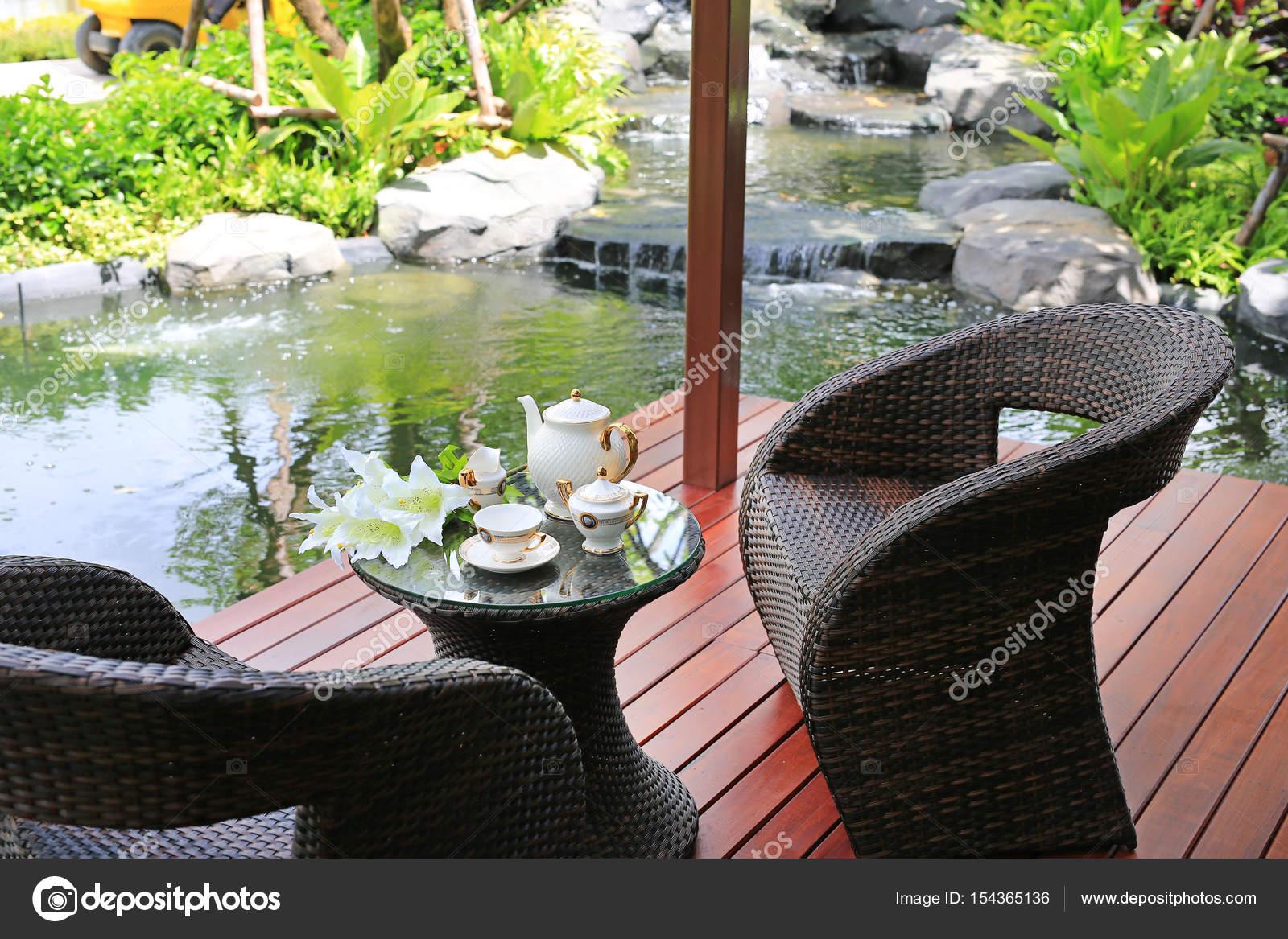 Juego de té en muebles en el jardín de la rota — Foto de stock ...