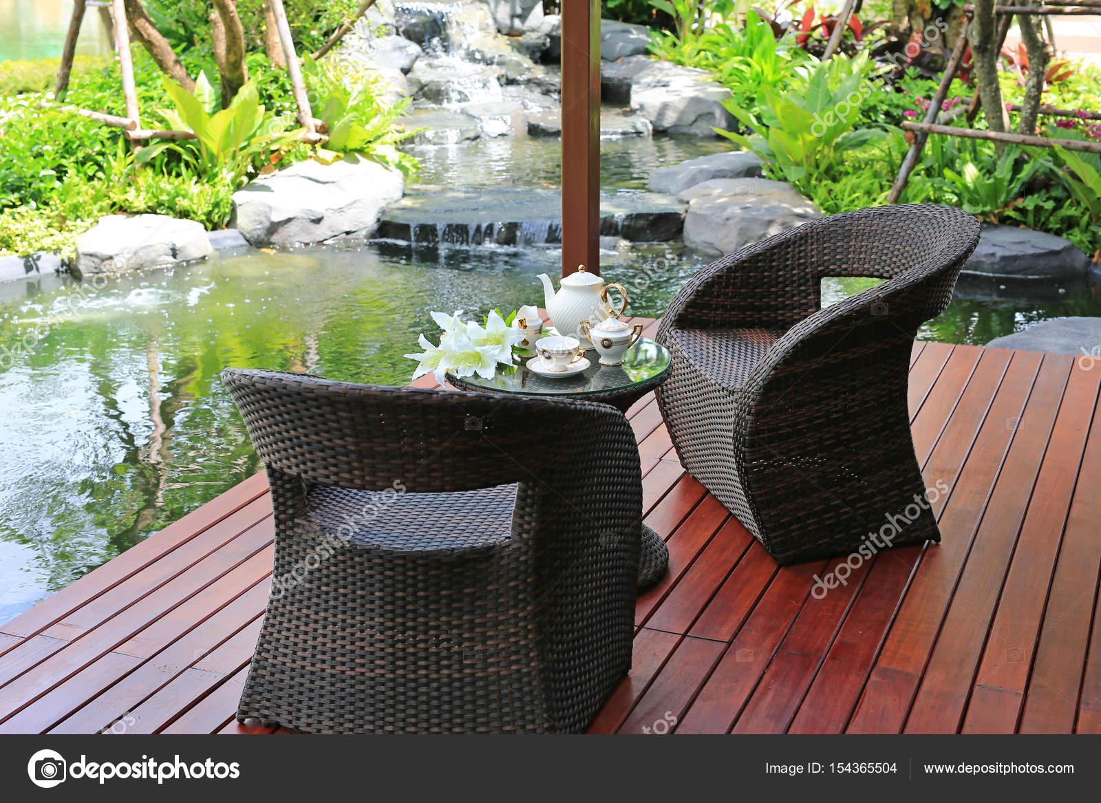 Set da tè su mobili giardino rattan u foto stock civic dm
