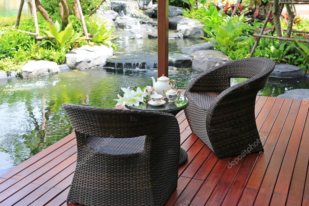 Juego de té en muebles en el jardín de la rota — Fotos de Stock ...