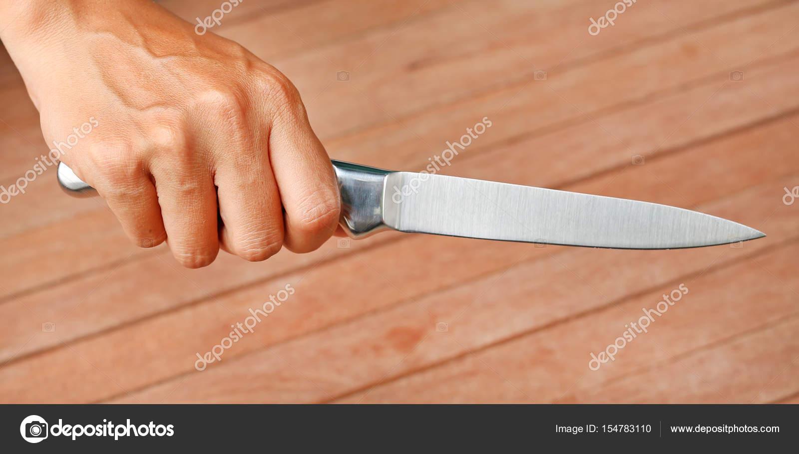 Ein Messer durch Hände gegen Plank Holz statt — Stockfoto © civic_dm ...