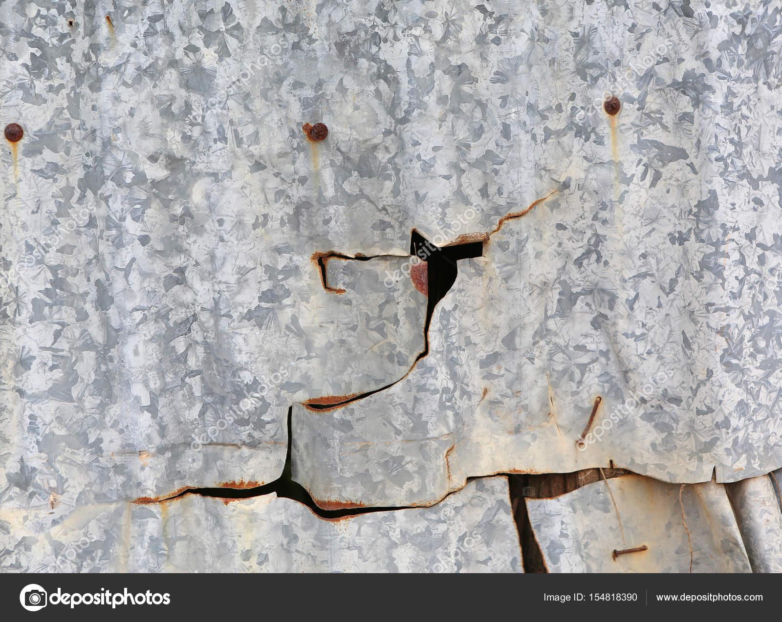 Zinco rotto piastrelle con ruggine in stile vintage u foto stock