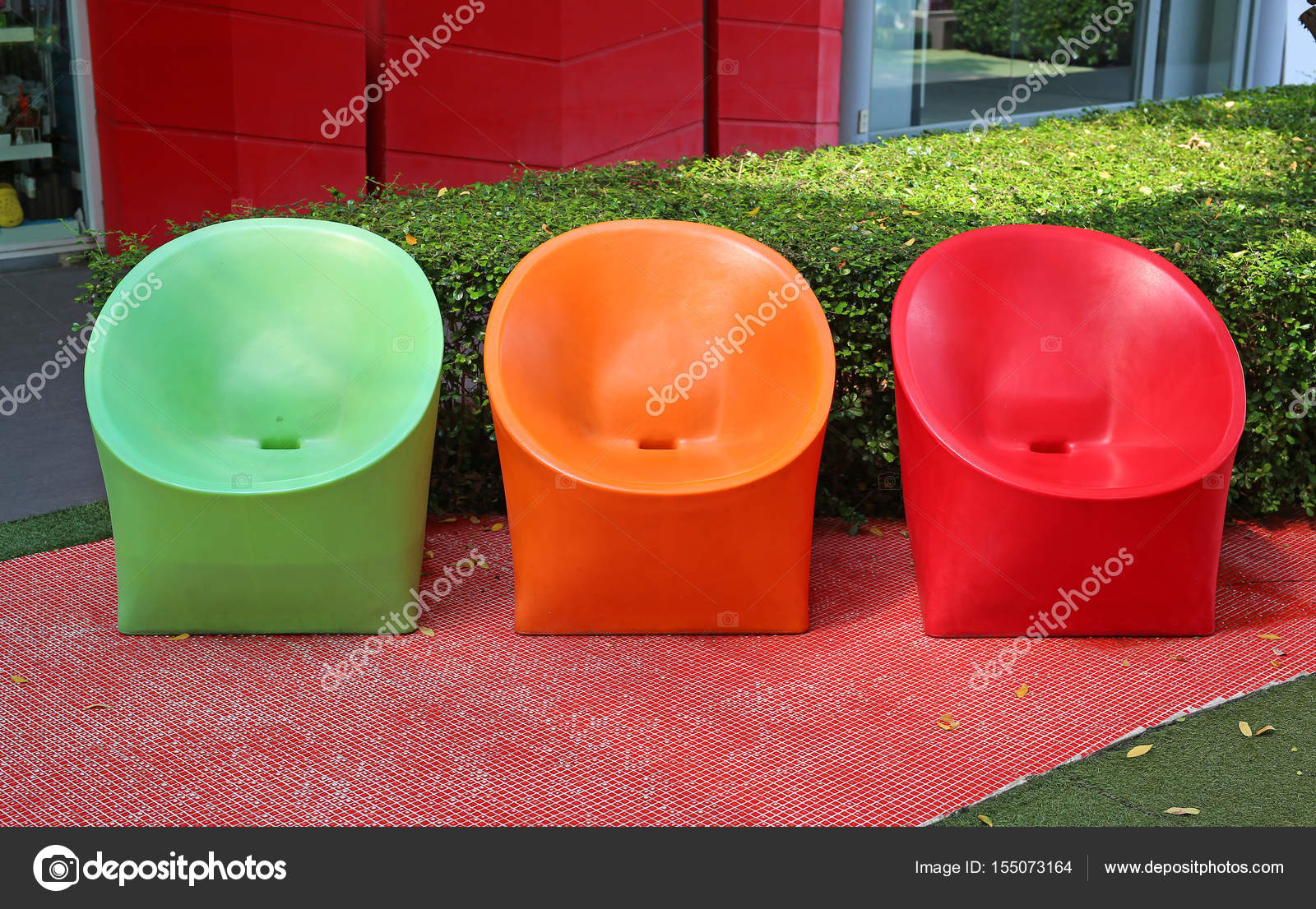 Mehrfarbige Plastikstuhle Im Garten Stockfoto C Civic Dm Hotmail