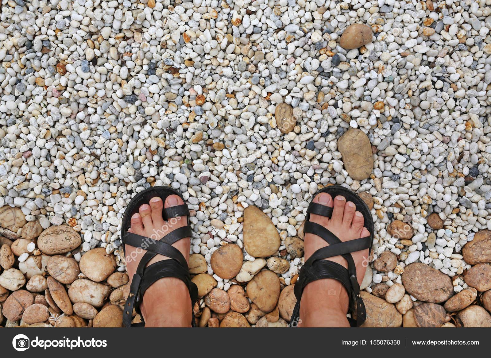 Blickte Auf Die Füße Auf Einer Schotterpiste Die Steinen Im Garten