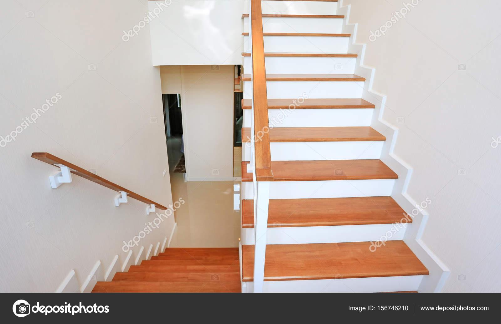 De manier van de moderne houten trap in huis u stockfoto