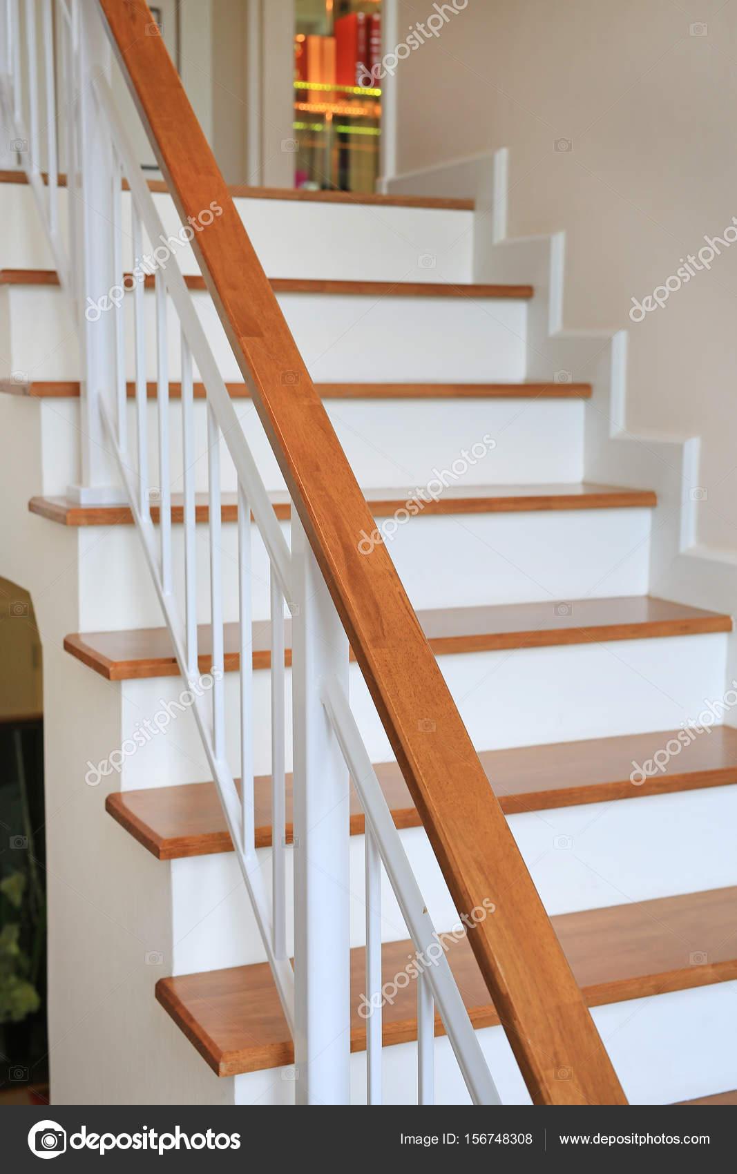 Moderne Holztreppe der moderne holztreppe weg in haus — stockfoto © civic_dm@hotmail