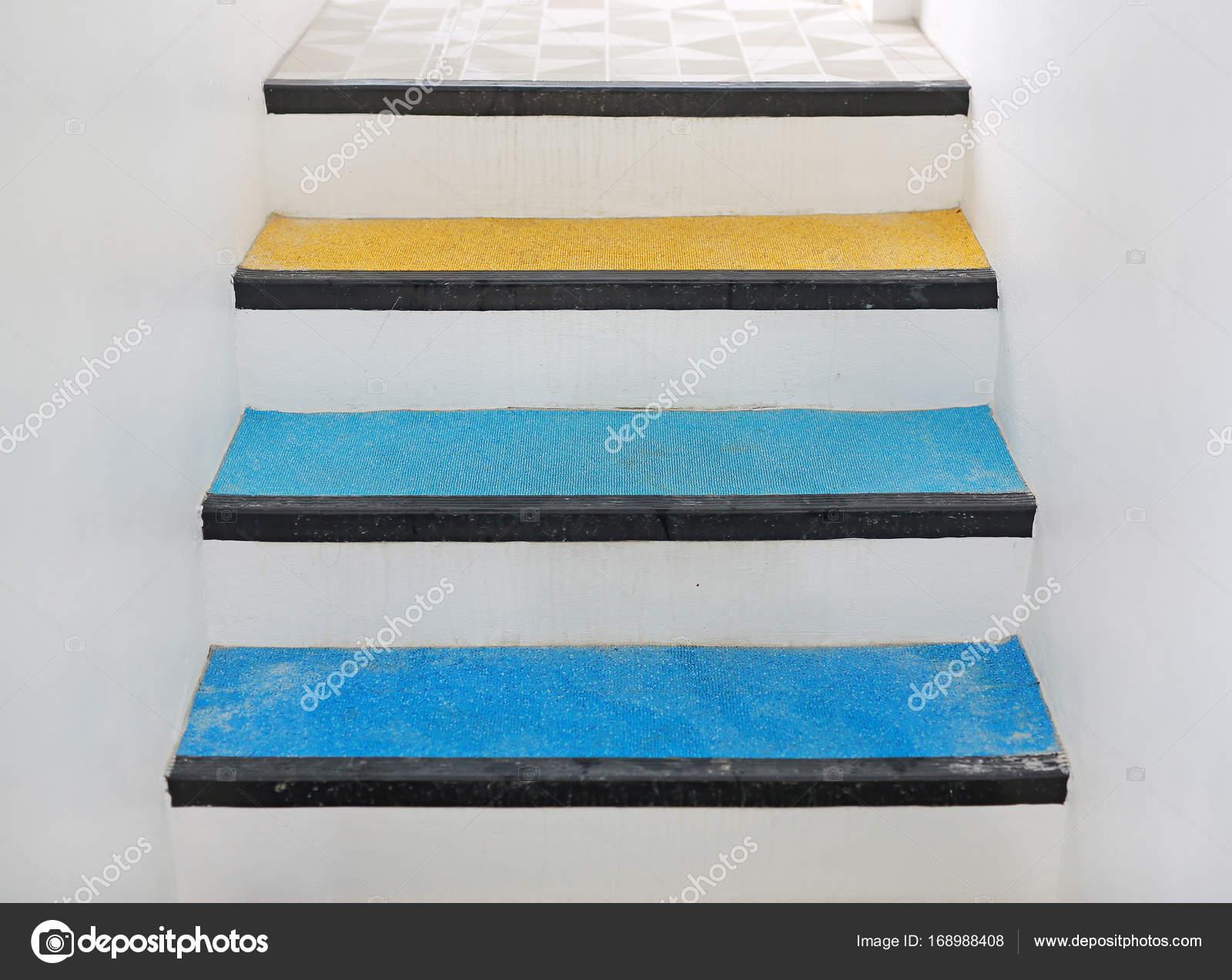 Gradini per scale e gomma piastrelle di atterraggio forniscono