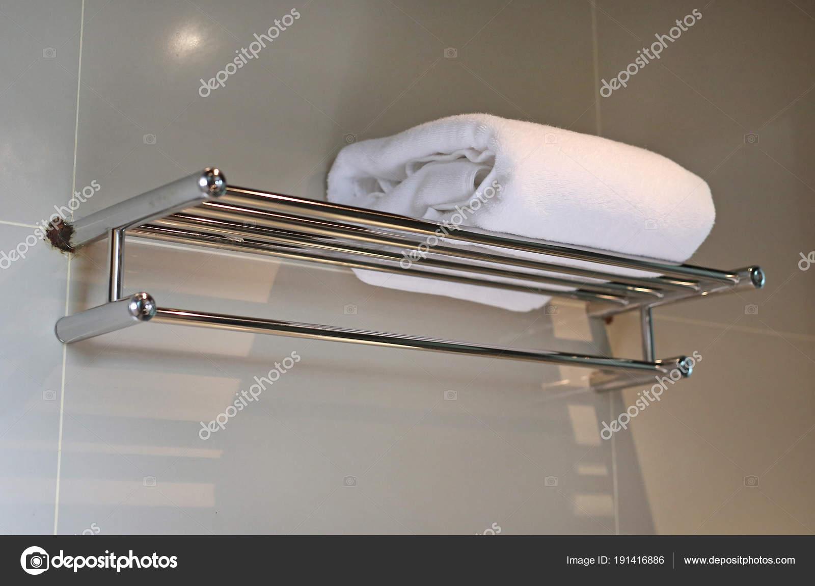 Witte Handdoek Plaats Hanger Badkamer — Stockfoto © civic_dm@hotmail ...