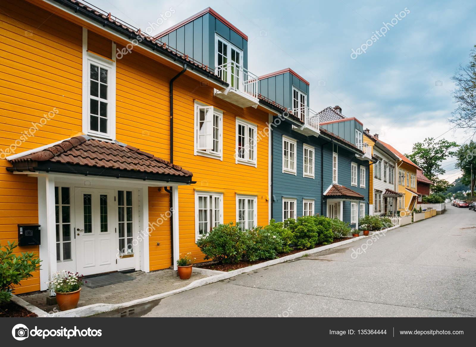 Bergen noruega colores fachadas de casas en la calle for Casas en noruega