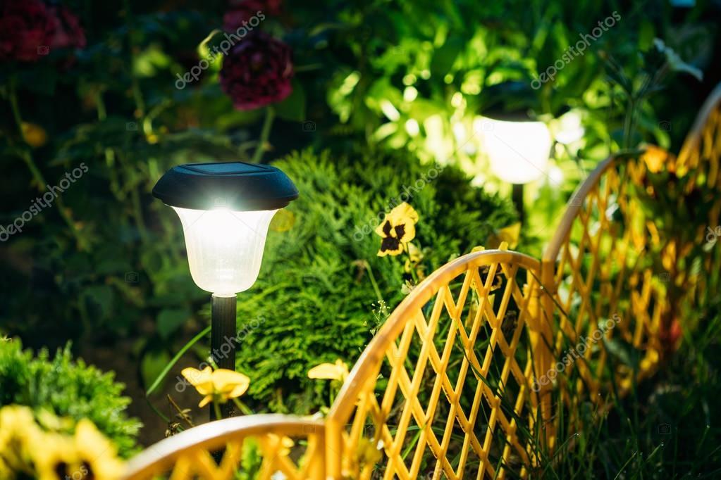 Kleiner solar garten licht laterne im blumenbeet garten design stockfoto ryhor 148755811 - Garten licht solar ...