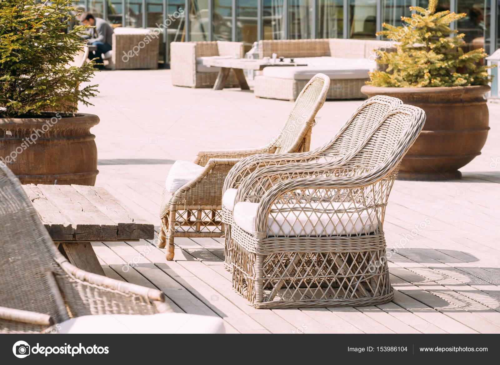 Houten Balkon Meubels : Rieten meubels op balkon op zonnige dag. home exterieur met stoelen