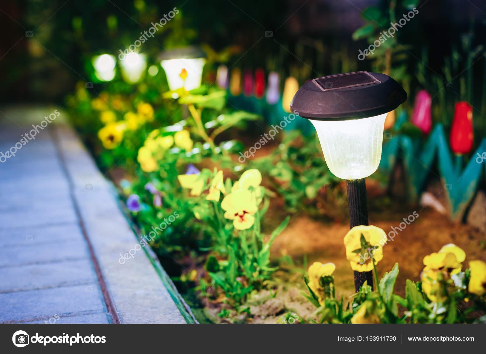 Lumière solaire de jardin, lanternes en plate-bande. Jardin solaire ...