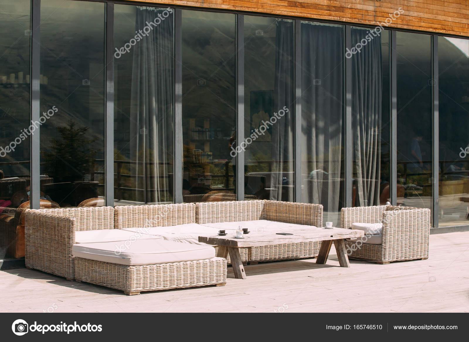 Houten Balkon Meubels : Rieten meubels op balkon op zonnige zomerdag. buitenkant met tabel