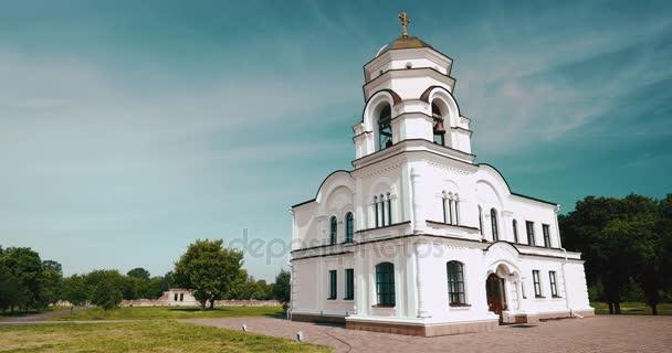 Brest, Weißrussland. Belfry Glockenturm der Kathedrale St. Nikolaus Garnisonkirche In Memorial Komplex Brest Held-Festung In sonnigen Sommertag