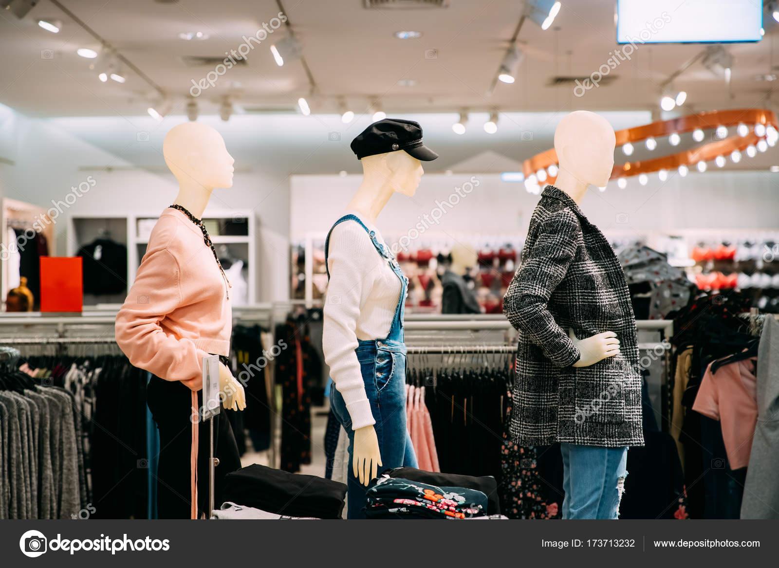 a69dac1418 Maniquíes vestidos con Ropa Casual de mujer mujer en tienda de Sh — Foto de  Stock