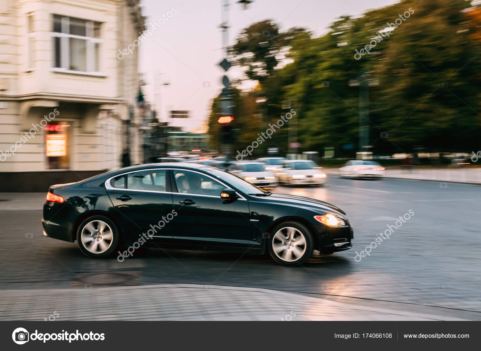 Vista Lateral Do Carro De Cor Preta Jaguar Movendo Se Na Rua U2014 Fotografia De