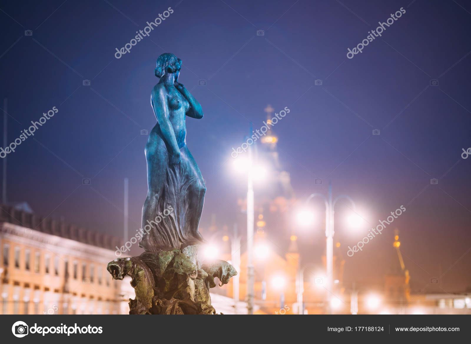 Helsinki, Finlandia. Vista de noche de fuente Havis Amanda es la ...