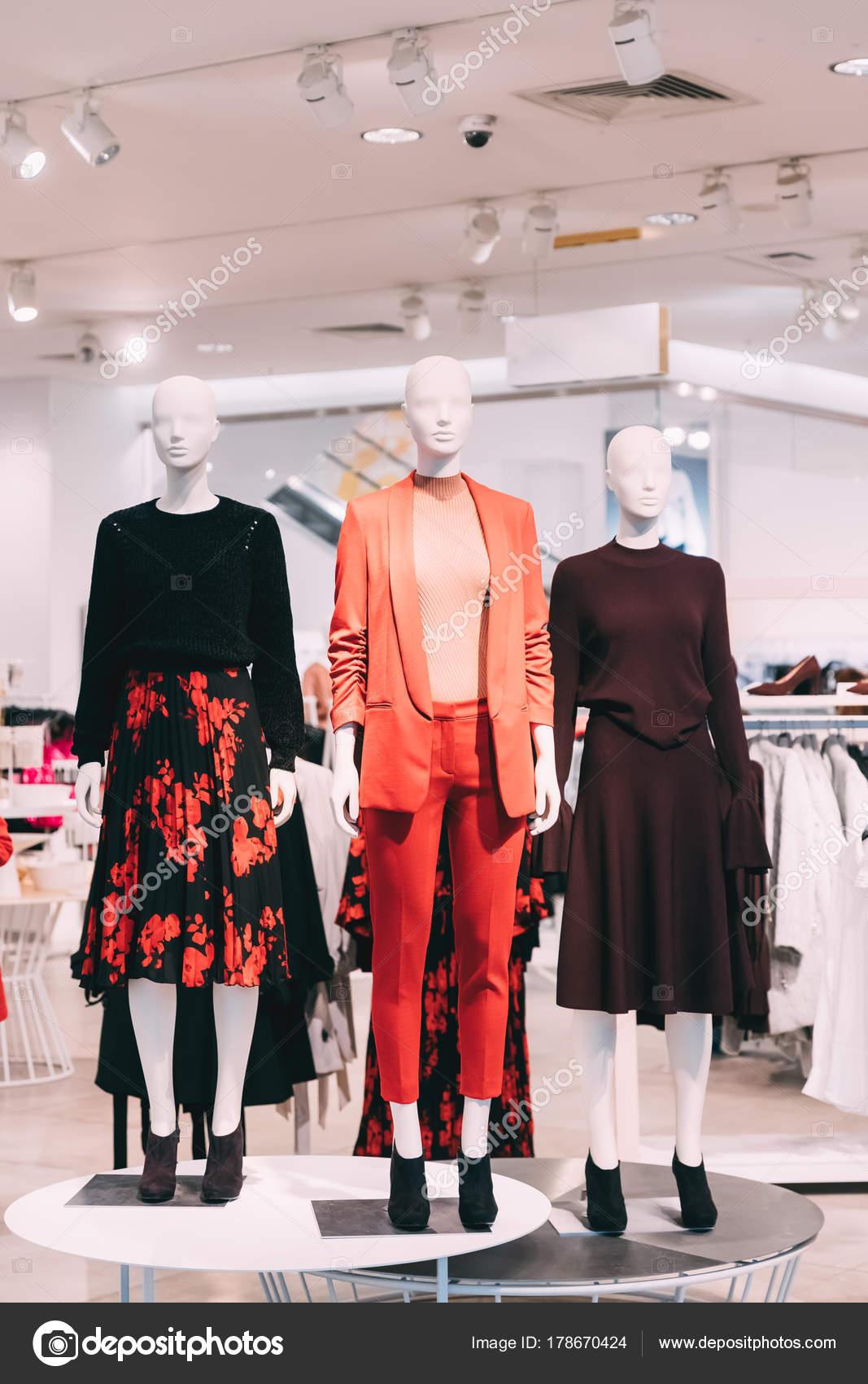 4ac633fe32 Maniquíes vestidos con Ropa Casual de mujer mujer en tienda de compras —  Foto de Stock