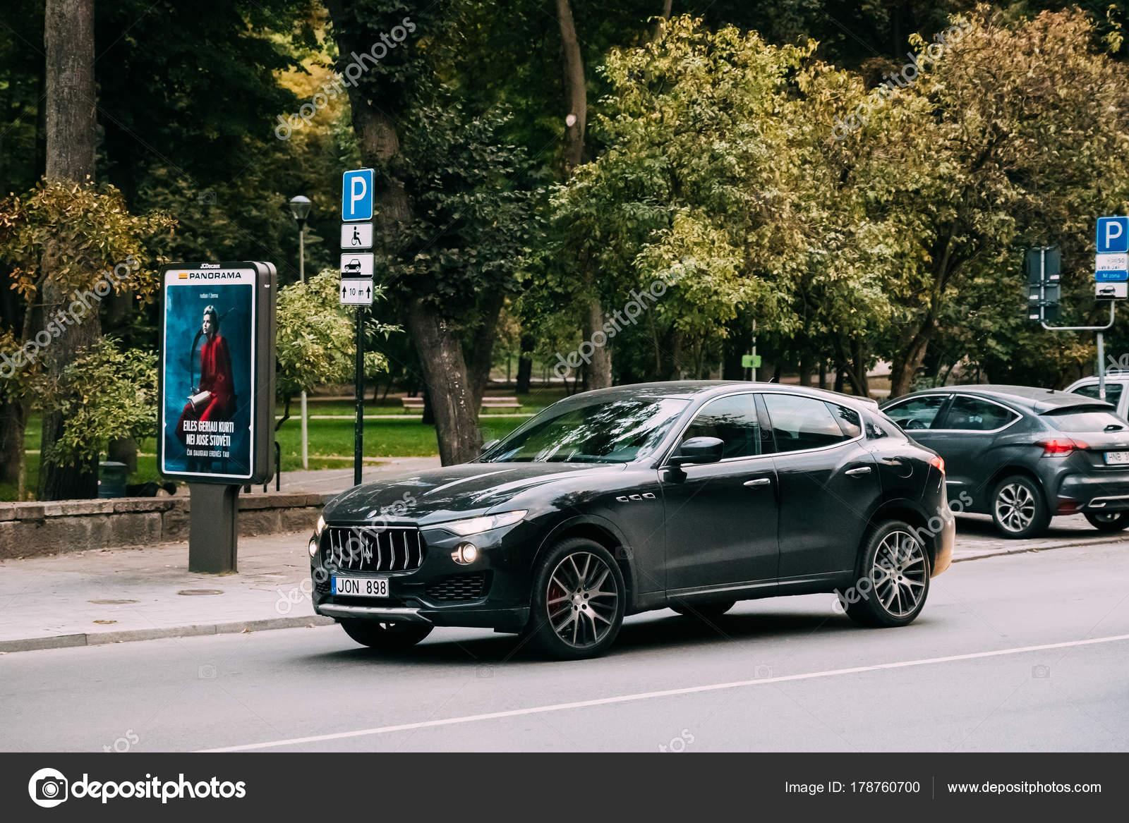 vista color blanco maserati levante de coche de lujo en la calle