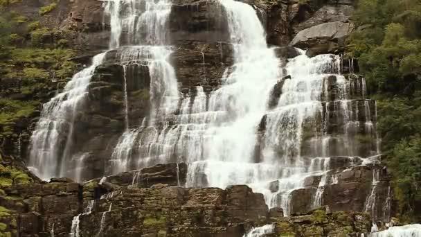 Údolí vodopádu, Norsko. Vodopád Tvindefossen je největší a nejvyšší vodopád Norska, jeho výška je 152 M.